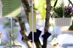 Composizione floreale con gabbia, candele e cesti per matrimonio